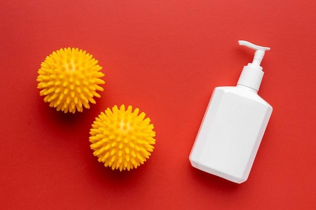 Vue de dessus des virus avec bouteille de savon liquide