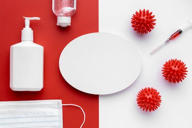 Vue de dessus des virus avec seringue et bouteille de savon liquide