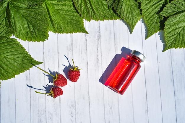 Vue de dessus de la vitamine antioxydants. phytothérapie organique de la nature feuille verte supplémentaire et produit de soins de santé sur fond en bois médical avec espace de copie. ingrédients naturels pour injection