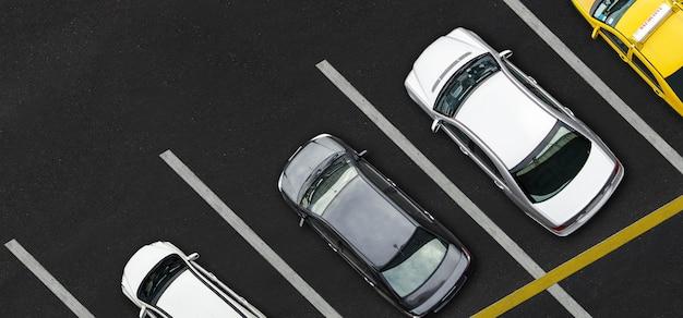 Vue de dessus des voitures sur le parking