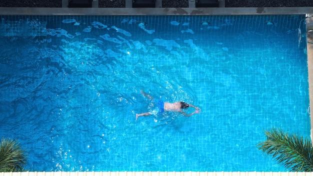 Vue de dessus ou vue à vol d'oiseau de la piscine en été et journée ensoleillée qui convient