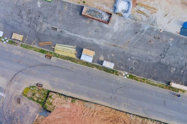 Vue de dessus sur la zone industrielle d'en haut des matériaux de construction du lieu de stockage pour la préparation