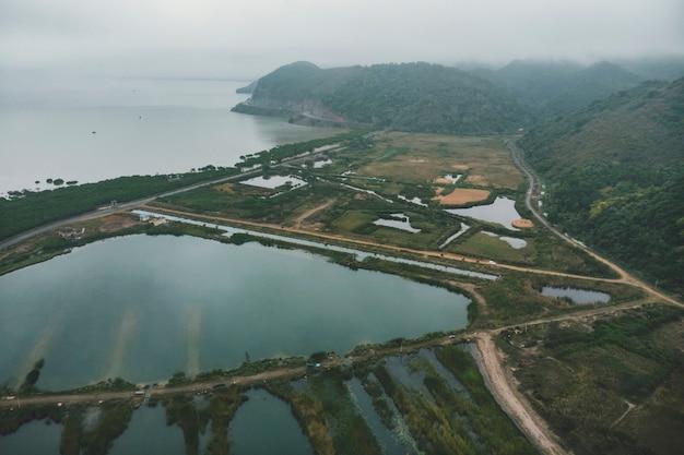Vue de dessus des zones humides de l'île de cat ba près de la mer sur terre. paysage sombre du matin de la campagne du vietnam.