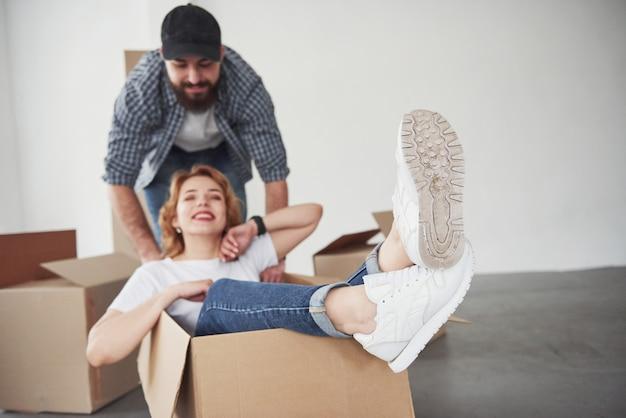 Vue détaillée des chaussures blanches. heureux couple ensemble dans leur nouvelle maison. conception du déménagement