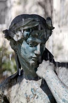 Vue détaillée du magnifique centre de statues de la fontaine sur la place rossio située à lisbonne, au portugal.