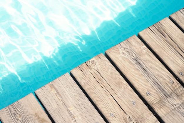 Vue détaillée d'un plancher en bois et d'une piscine