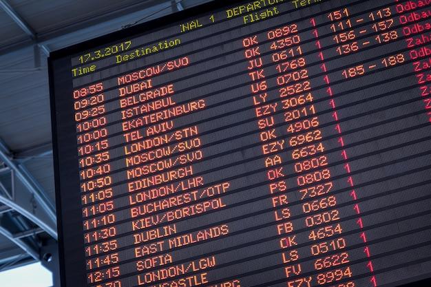 Vue détaillée d'un tableau typique d'information d'aéroport