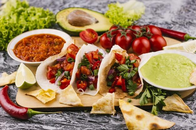 Vue de devant d'un délicieux plat mexicain traditionnel