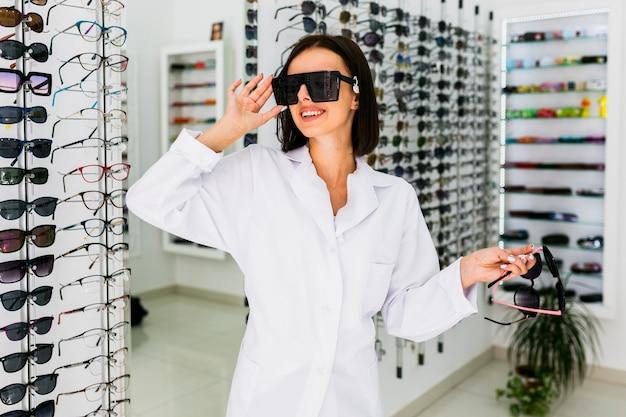 Vue devant, de, opticien, lunettes soleil