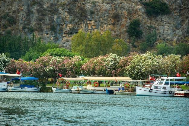 Vue sur la digue avec des bateaux et le canal à dalyan.turquie