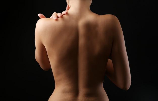 Vue sur le dos nu de la femme, gros plan