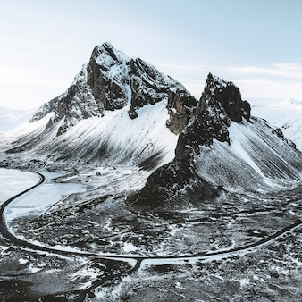 Vue de drone d'une montagne eystrahorn couverte de neige en islande