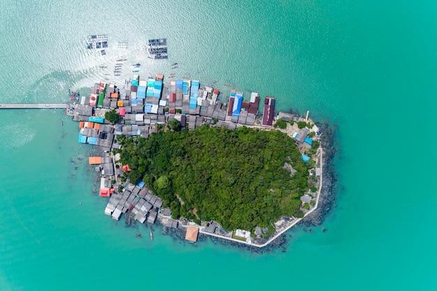 Vue de drone top down de koh rat à surat thani en thaïlande