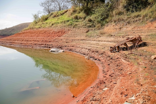 Vue du barrage en crise d'étiage