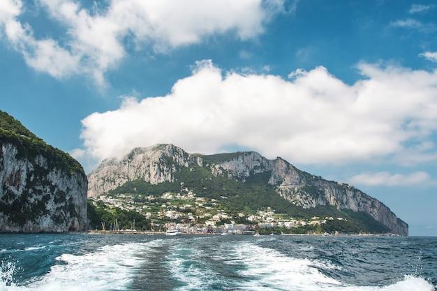 Vue du bateau sur la côte de l'île de capri. italie.