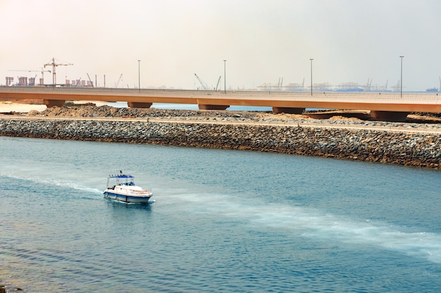 Vue du bateau à moteur de vitesse allant à grande vitesse près de la ligne de côte