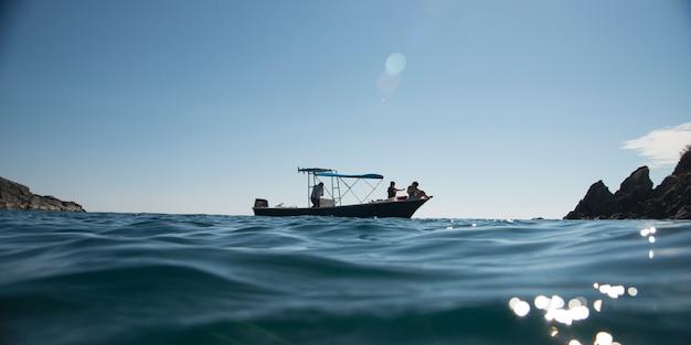 Vue du bateau de pêche en mer, ixtapa, guerrero, mexique