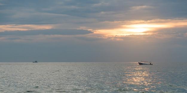 Vue du bateau de pêche sur l'océan au coucher du soleil, zihuatanejo, guerrero, mexique