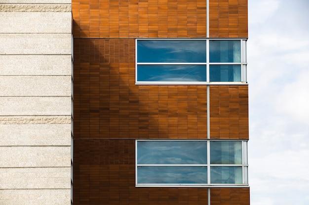 Vue du bâtiment avec des murs de briques