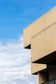 Vue du bâtiment avec une surface de plâtre grossière