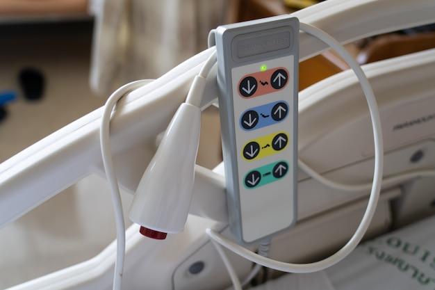 Vue du bouton d'urgence et de la télécommande pour régler le lit du patient à l'hôpital.