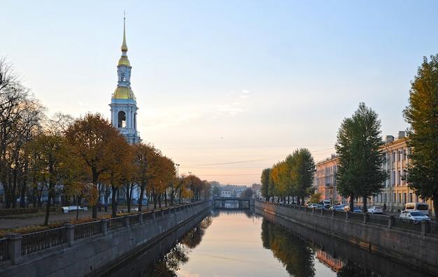 Vue du canal de kryukov dans la matinée à saint-pétersbourg