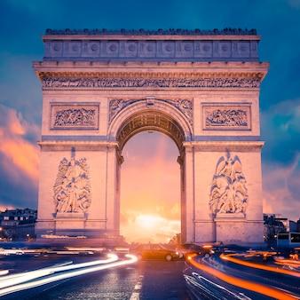 Vue du célèbre arc de triomphe au coucher du soleil, paris