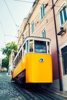 Vue du célèbre ascenseur du tramway électrique vintage de gloria, situé à lisbonne, au portugal.