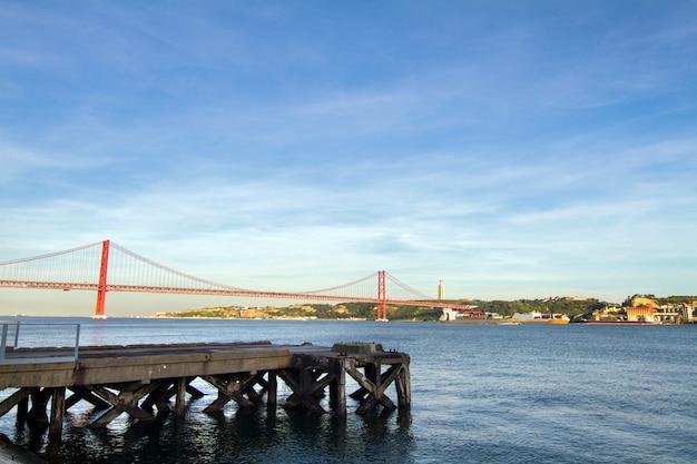 Vue du célèbre pont portugais sur le tage situé à lisbonne, portugal.