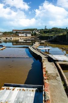 Vue du célèbre site salin intérieur de rio maior, portugal.