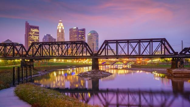Vue du centre-ville de columbus ohio skyline au crépuscule
