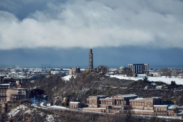 Vue du centre-ville d'édimbourg en hiver avec des monuments historiques sous un ciel dramatique
