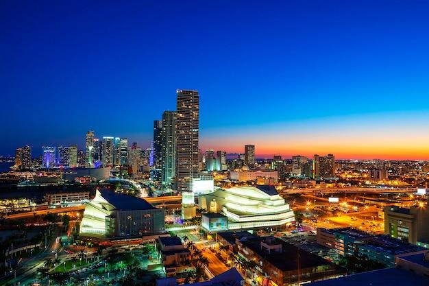 Vue du centre-ville de miami la nuit