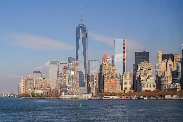 Vue du centre-ville de new york depuis la rivière hudson