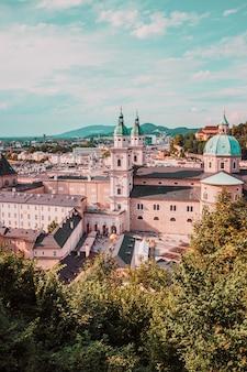 Vue du centre-ville de salzbourg avec la cathédrale de la vieille ville et la place du haut de la forteresse