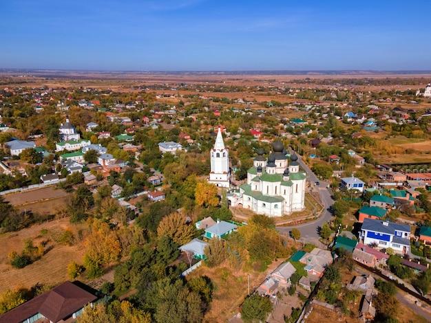 Vue du centre de la ville de starocherkassk depuis le drone