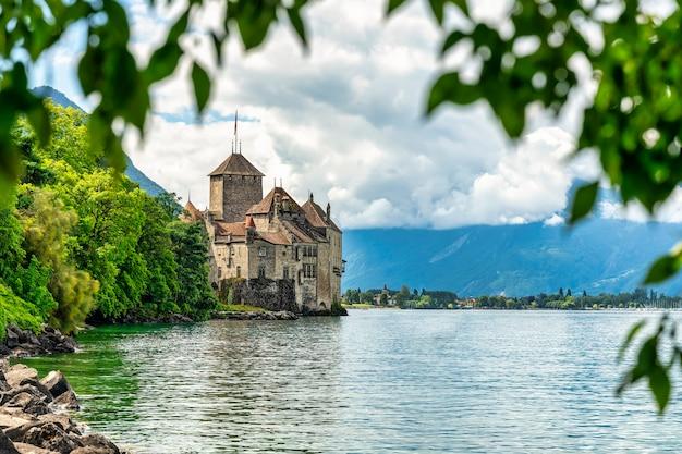 Vue du château de chillon sur le lac léman en suisse
