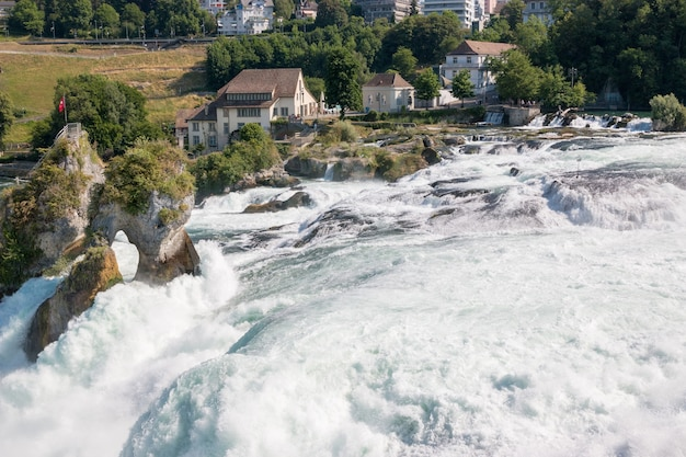 Vue du château de laufen sur les chutes du rhin est la plus grande cascade de schaffhouse, en suisse. paysage d'été, temps ensoleillé, ciel bleu et journée ensoleillée