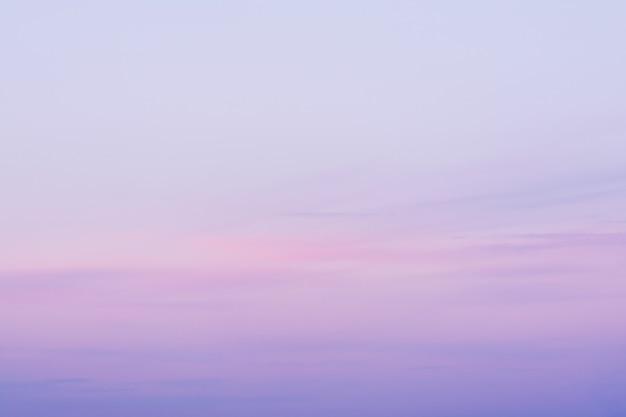 Une vue du ciel au coucher du soleil dans des roses bleus et des couleurs violettes.