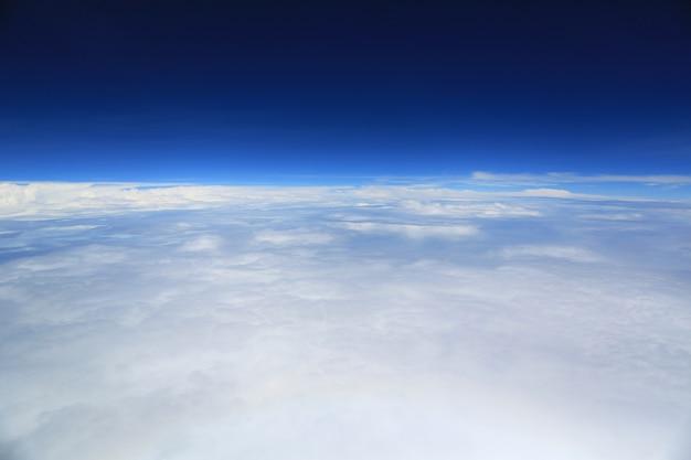 Vue du ciel nuageux de la fenêtre de l'avion