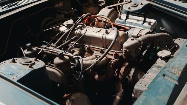 Vue du compartiment moteur de voiture rouillée