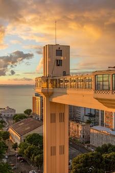 Vue du coucher du soleil à l'ascenseur lacerda à salvador bahia au brésil.