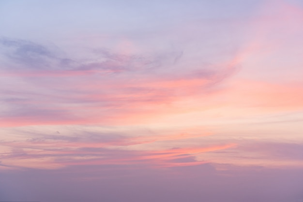Vue du coucher du soleil avec un beau ciel crépusculaire en été.