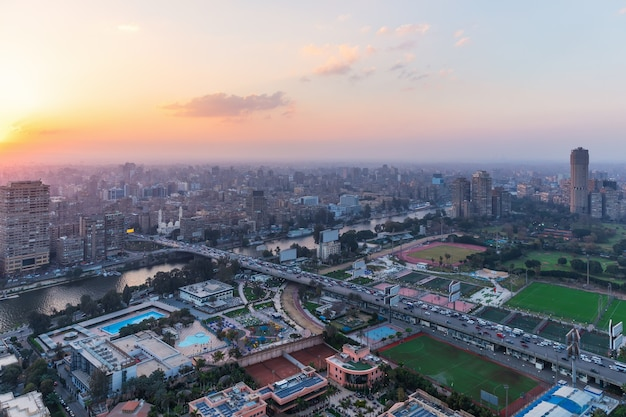 Vue du coucher du soleil du centre-ville du caire, le nil et l'île de gezira, egypte.