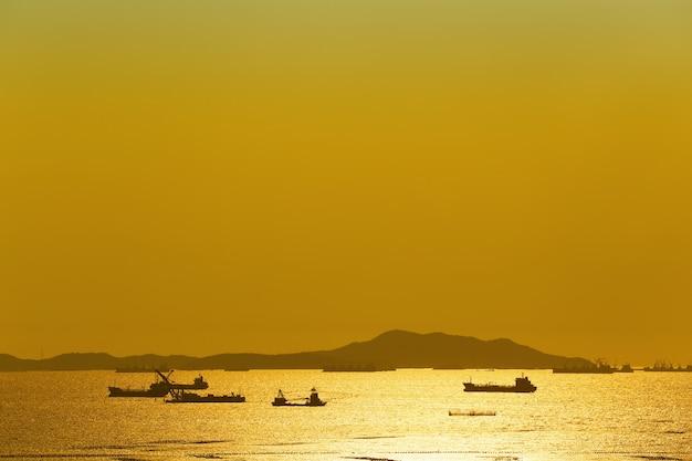 Vue du coucher du soleil sur koh sichang et cargo en mer.