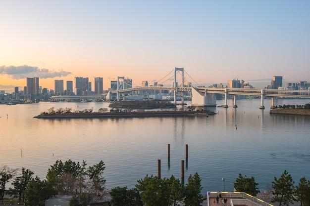 Vue du coucher du soleil d'odaiba dans la ville de tokyo, japon.