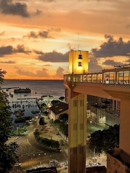Vue du coucher de soleil de l'ascenseur lacerda salvador bahia au brésil.