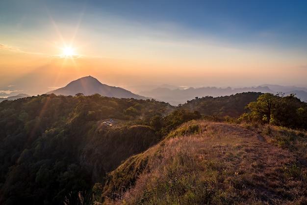 Vue du coucher de soleil depuis le sommet de la montagne