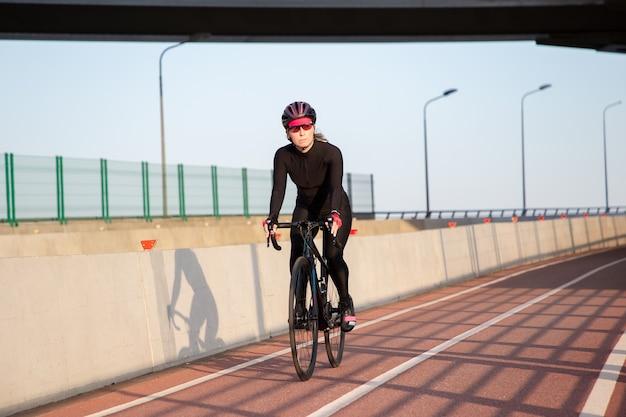 Vue du cycliste dans les rayons du coucher de soleil