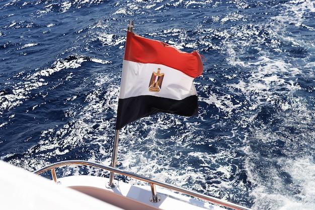 Vue du drapeau du pays d'egypte depuis un yacht